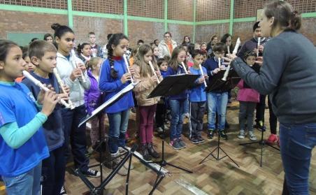 Grupo de flautas homenageando as famílias